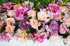 Retro jaskrawi i piękni kolory plastikowi kwiaty Zdjęcia Stock