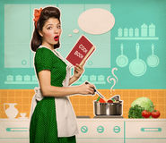 Retro jonge vrouwen kokende soep in haar keukenruimte royalty-vrije stock foto