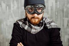 Retro Jongen Proef Mens in glazen en sjaal, fantasiebeeld van Vliegenier stock foto