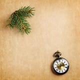 Retro julbakgrund med den antika watchen Arkivbild