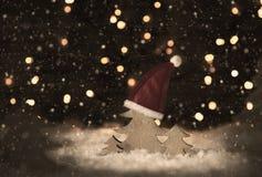 Retro julgran, Santa Hat, snö, ljus, snöflingor Fotografering för Bildbyråer