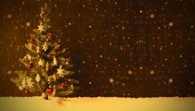 Retro julgran, snö, kopieringsutrymme, snöflingor Royaltyfri Bild