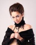 Retro- junge Dame am schwarzen Kleid Lizenzfreie Stockfotos