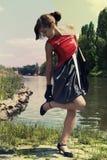 Retro- junge Frau nahe dem Fluss Lizenzfreies Stockfoto