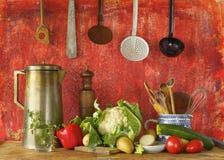 Retro köksgeråd och grönsaker, arkivbild