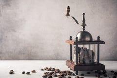 Retro kaffe maler med bönor Royaltyfri Fotografi