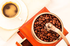 Retro kaffe maler och koppen kaffe på vit bakgrund Royaltyfria Bilder