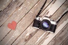 Retro- Kamera auf altem Holztisch Stockbilder