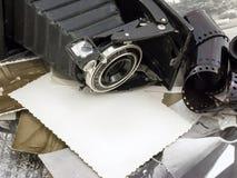 Retro- Kamera auf dem Hintergrund von alten Fotos stockbilder