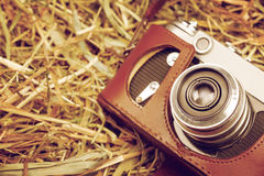 Retro- Kamera auf Heunahaufnahme Stockfoto
