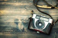 Retro- Kamera auf rustikalem hölzernem Hintergrund Abbildung der roten Lilie Lizenzfreie Stockfotografie