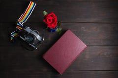Retro- Kamera der Draufsicht und Gedächtnisanmerkungsbuch auf hölzernem Hintergrund Stockfotografie