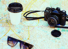 retro kamera, filiżanka i okulary przeciwsłoneczni, Fotografia Royalty Free
