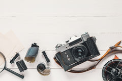 Retro kamera, gamla fotofilmrullar, tomma foto och förstoringsapparat Royaltyfria Bilder