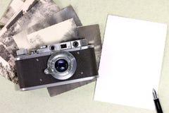 Retro kamera, gammala foto, springbrunn Arkivbilder