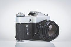 Retro- Kamera getrennt auf Weiß Lizenzfreie Stockfotografie