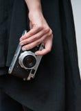 Retro kamera i hand Royaltyfri Fotografi