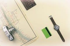 Retro- Kamera ist auf der alten Karte Pass, Zahlungskarte mit der Armbanduhr, die auf dem Tisch liegt Sommerreise lizenzfreie stockfotos