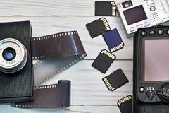 Retro kamera med filmen och den moderna digitala överenskommelsen Royaltyfri Foto