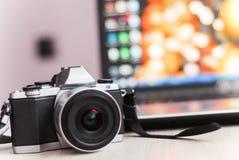 Retro kamera med härlig bakgrundsbaksida Fotografering för Bildbyråer