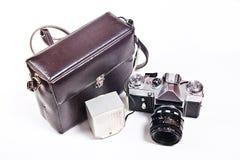 Retro- Kamera mit dem Blitz lokalisiert auf Weiß auf dem weißen backgroun Lizenzfreie Stockfotografie