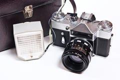 Retro- Kamera mit dem Blitz lokalisiert auf Weiß auf dem weißen backgroun Lizenzfreie Stockfotos