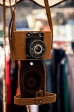 Retro- Kamera mit einem ledernen Fall Lizenzfreies Stockfoto