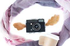 Retro- Kamera mit Schal- und Papierkaffee auf weißem Hintergrund, Draufsichtweinleseart lizenzfreies stockbild
