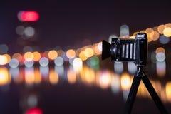 Retro kamera nattsikten av staden Royaltyfri Foto