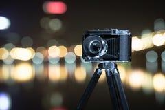 Retro kamera nattsikten av staden Fotografering för Bildbyråer