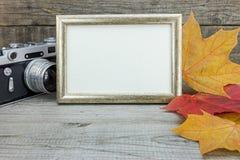 Retro kamera- och fotoram på träbakgrund med färgrikt Royaltyfria Bilder