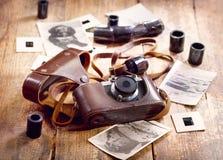 Retro kamera och gammala foto Arkivbild