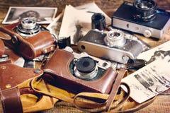 Retro kamera och gammala foto Royaltyfri Fotografi