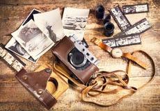 Retro kamera och gammala foto Arkivbilder