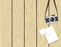 Retro kamera och papper på träbakgrund Arkivfoto