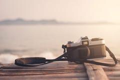 Retro kamera på havet Fotografering för Bildbyråer