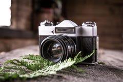 Retro kamera som ligger på tabellen royaltyfria bilder