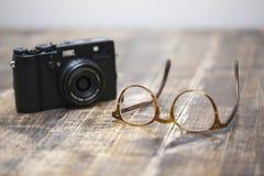 Retro- Kamera und Gläser Lizenzfreie Stockbilder