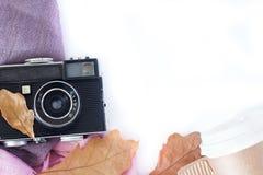 Retro- Kamera- und Kopienraum mit Ahornblättern in der Herbstgrenze entwerfen - Konzept der Erinnerung und der Nostalgie im Fall stockfoto