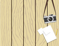 Retro- Kamera und Papier auf hölzernem Hintergrund Stockfoto
