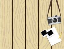 Retro- Kamera und sofortige Fotorahmen auf hölzernem Hintergrund stock abbildung