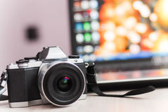 Retro kamera z pięknym tło plecy Obraz Stock