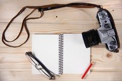Retro kamera z pustym notatnikiem Zdjęcia Royalty Free