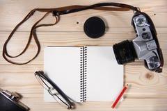 Retro kamera z pustym notatnikiem Obraz Stock