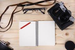 Retro kamera z pustym notatnikiem Obrazy Stock