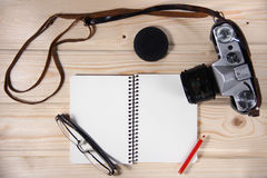 Retro kamera z pustym notatnikiem Fotografia Stock