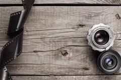Retro kameralinser och negativ film Arkivfoto