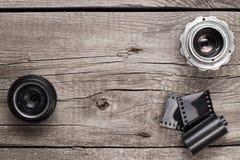 Retro- Kameraobjektive und negativ Film lizenzfreie stockbilder