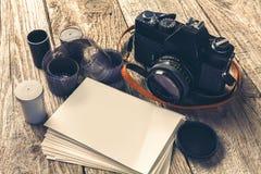 Retro- Kameras und Fotos Lizenzfreie Stockfotos