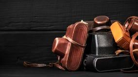 Retro kamery w rzemiennych pokrywach Kolekcja antyki, aukcje zdjęcie stock